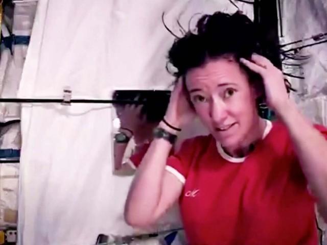 Schwerelosigkeit: Wie wäscht man eigentlich im Weltall Haare? Nasa-Astronautin macht es vor