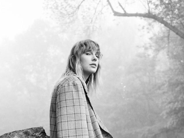 """1 Jahr FOLKLORE: Taylor Swift teilt neue Song-Version von """"The Lakes"""""""