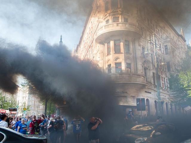 Feuer auf offener Straße - Polizei setzte Wasserwerfer ein: Randale bei Aufstiegsfeier in Magdeburg
