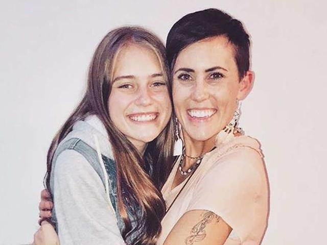 Mutter trifft Tochter nach 17 Jahren zufällig zum ersten Mal - So reagierte der Teenager