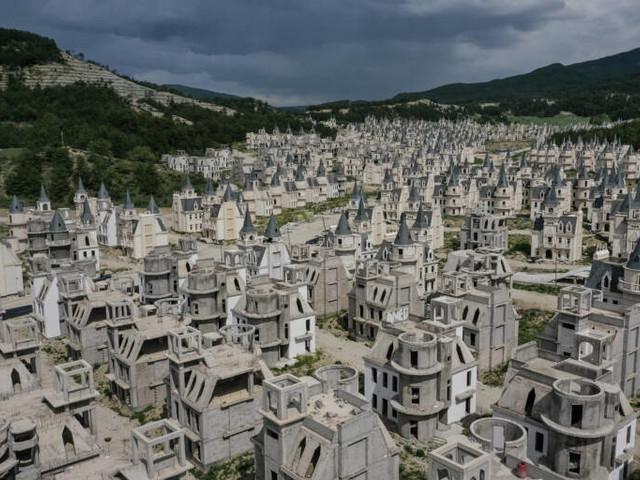 Fast 600 Mini-Schlösser stehen einfach leer: Die wohl luxuriöseste Geisterstadt der Welt