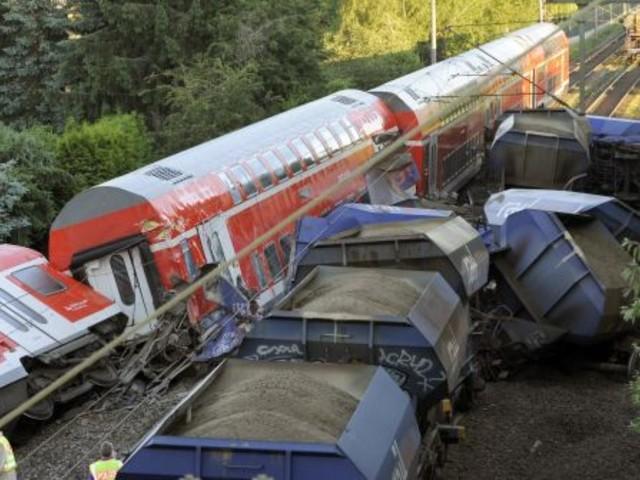 Peine: Regionalexpress prallt auf Güterwagen
