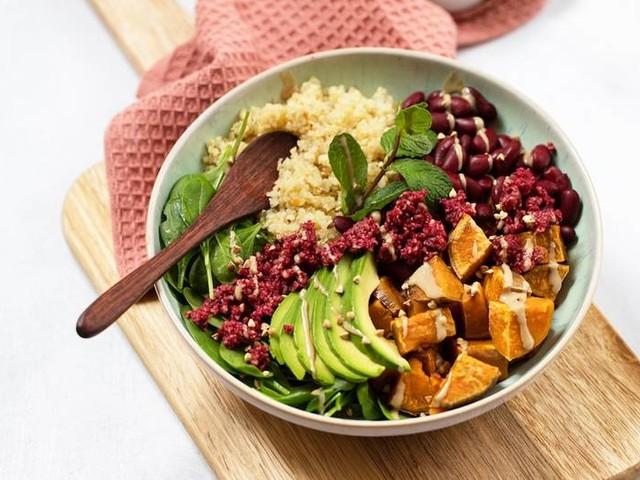 Clean & vegan: Rezept: Quinoa Bowl mit Rote Bete-Crumble