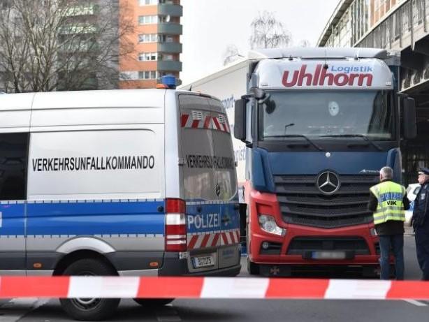Unfälle: Fußgängerin bei Unfall mit Laster tödlich verletzt