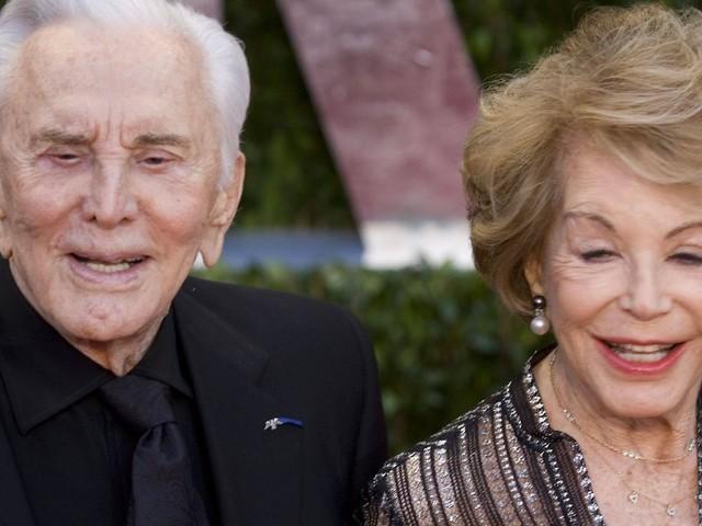 Michael trauert um Stiefmutter: Witwe von Kirk Douglas gestorben