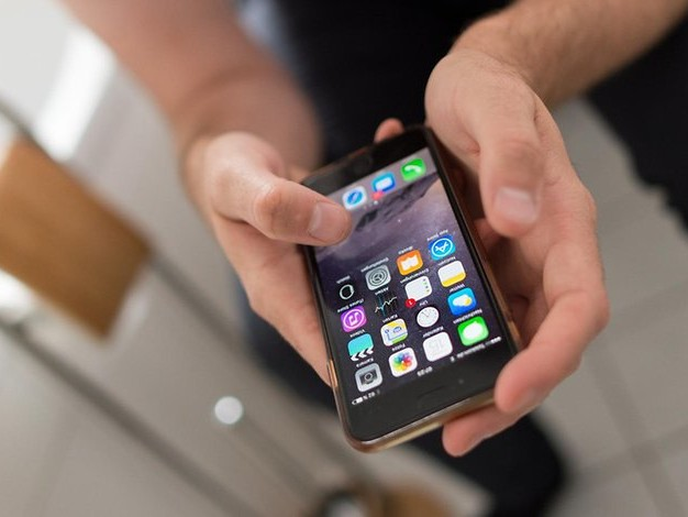 Fast alle tun es: Weshalb das Smartphone auf dem Klo nichts zu suchen hat
