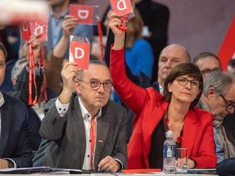 Gespräche mit Union: SPD bleibt vorerst in großer Koalition