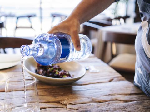 Hätten Sie es geahnt? Darum gibt es Mineralwasser in der Kneipe nur in Flaschen