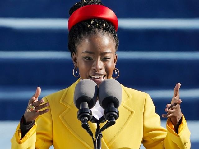 Frauen tragen Haarreifen: Für den Wahlkampf 2036