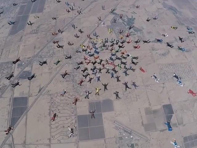 Gedrängel in der Luft: 217 Fallspringer bilden Formation