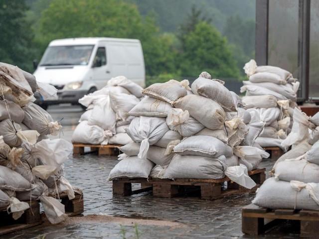 Unwetter in Deutschland: Menschen wappnen sich für erneuten Regen
