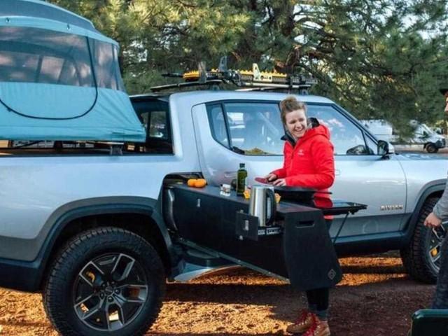 Rivian stellt ausziehbare Küche für seinen E-Pickup-Truck vor