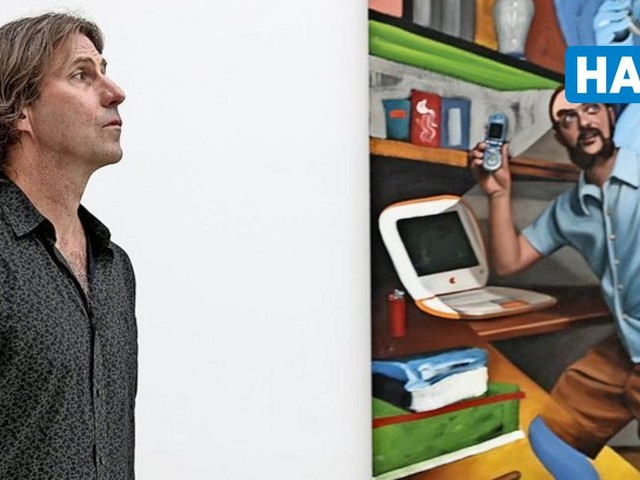 Pieter Schoolwerth inspiziert seine Ausstellung im Kunstverein Hannover – die seit Dezember 2020 fertig ist