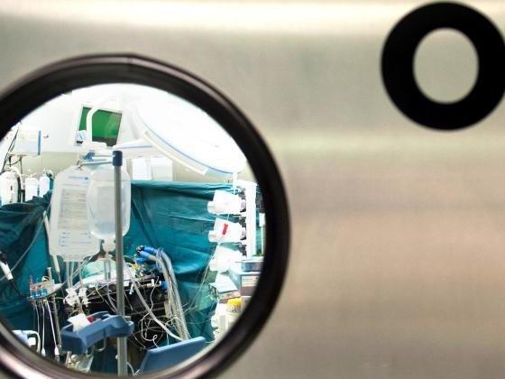 Chirurg brennt Patienten bei OP Initialen in die Leber