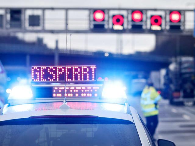 Schwerer Unfall auf A13: Vollbesetzter Reisebus kippt um - Zahlreiche Verletzte