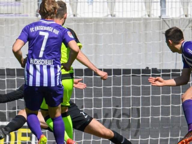 Bochum vor Rückkehr ins Oberhaus - Paderborn trifft achtmal