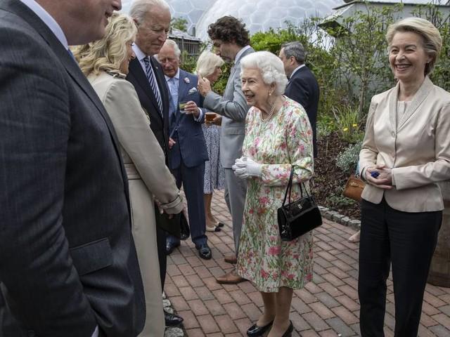 Charmeoffensive mit Krönchen: die Queen beim G-7-Gipfel