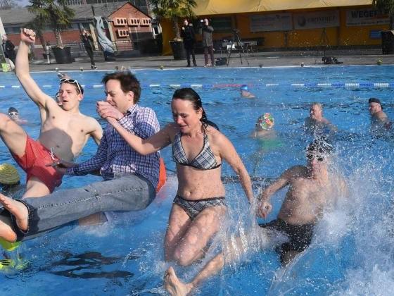 Trotz Kältewelle: Karlsruher Sonnenbad startet Freibadsaison