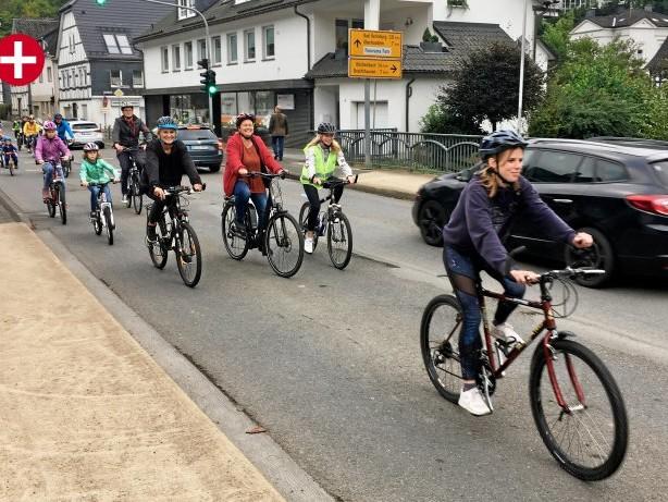Klimastreik: Kirchhundem: Fahrrad-Demo für Klimaschutz vor Rathaus