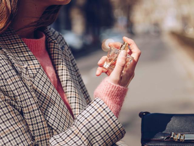 Experte verrät: So machst du jedes Parfum besonders – auch, wenn es jeder Zweite hat