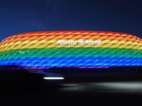 """Zum """"Christopher Street Day"""": FCBayern beleuchtet Münchner Arena in Regenbogenfarben"""