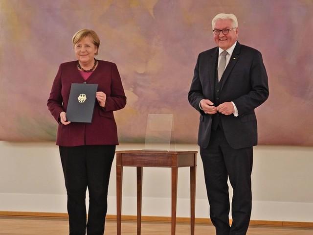 """""""Prägend für unser wiedervereintes Land"""" – Steinmeier würdigt Merkel zum Ende ihrer 16-jährigen Amtszeit"""