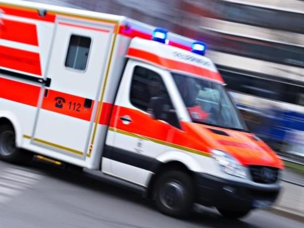 Unfälle: Drei Menschen von Autos erfasst: Mädchen schwer verletzt