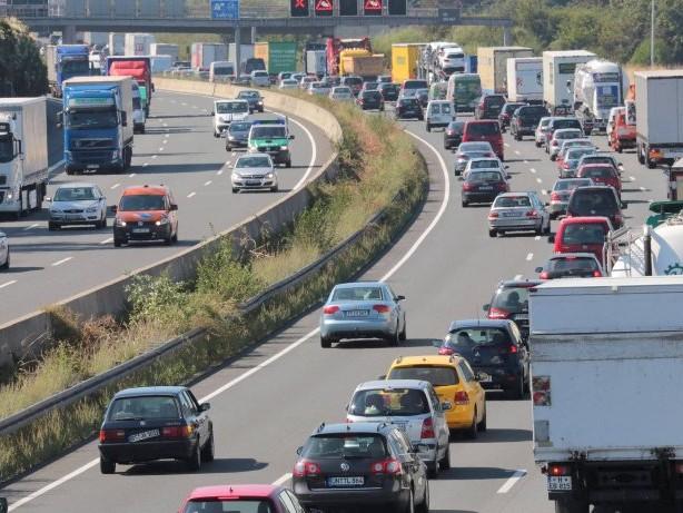 Polizeieinsatz: Hochzeitsgesellschaft blockiert Autobahn mit 20 Fahrzeugen