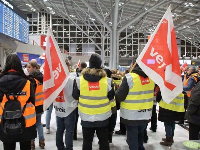 """Ausstand der Sicherheitskontrolleure: """"Streikexzess"""" an Flughäfen kritisiert"""