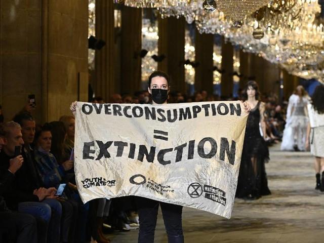 Warum Proteste bei einer Louis Vuitton-Show unsere Nachhaltigkeitsziele nicht weiterbringen