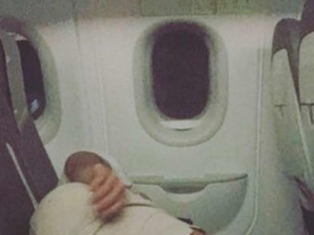 Frau schläft in Flugzeug ein, Passagiere überfällt deswegen der Ekel - verstehen Sie, warum?