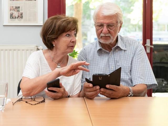 Das Handy hält diese Senioren am Leben