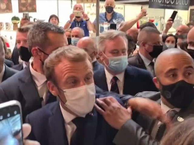 Video: Macron mit Ei beworfen