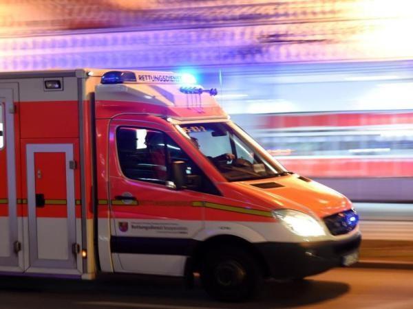 Fußgänger von Auto angefahren und schwer verletzt
