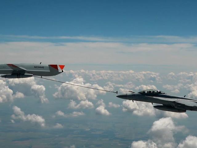 Spektakuläre Militärübung: Unbemannte Drohne betankt erstmals Kampfjet in der Luft