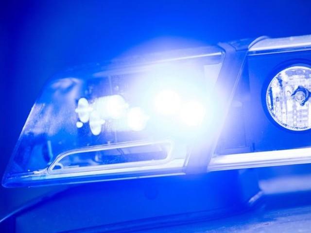Auto prallt gegen Baum in Niederbayern: Zwei Verletzte