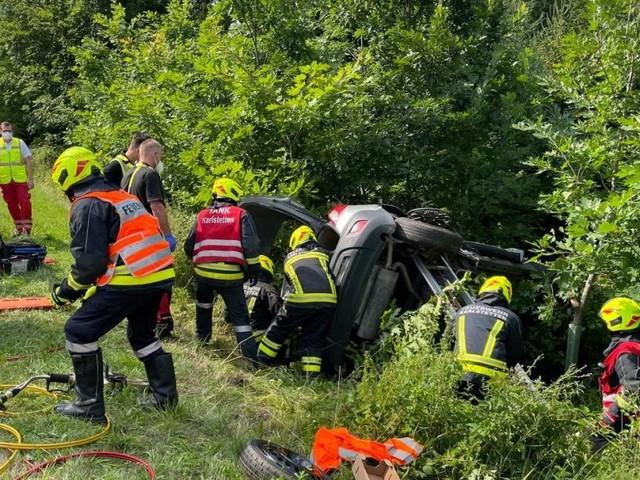 NÖ: Eingeklemmte Frau aus Unfallwagen gerettet