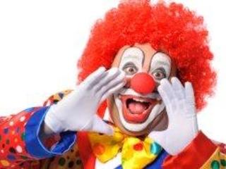 Er bastelte Ballons und weinte: Angestellter ahnt, dass er gefeuert wird und bringt Clown zum letzten Gespräch mit den Chefs mit