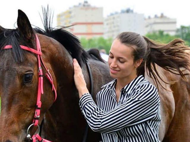 Tragischer Unfall beim Pferderennen: 21-jährige Reiterin stirbt nach langem Kampf gegen Verletzungen