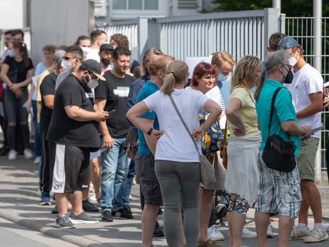 Corona: Jeder Vierte in Deutschland jetzt vollständig geimpft - Hitzige Debatte über Ende der Impfzentren