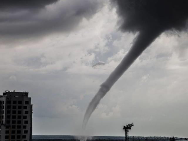 Verhalten bei Tornados: Schutz imGebäude suchen oder wegfahren