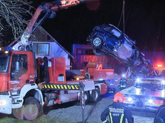Auto stürzte von Brücke in Bachbett: Lenker starb