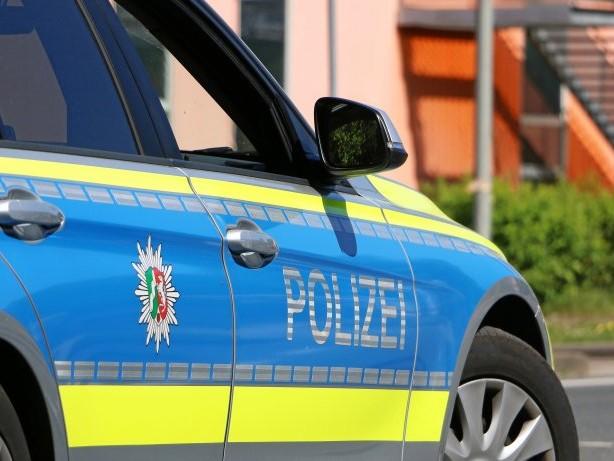 Kriminalität: Goch: Opel Corsa rammt Zaun einer Kuh-Koppel