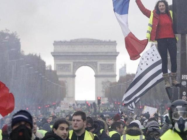 Polizei setzt Wasserwerfer und Tränengas in Paris ein