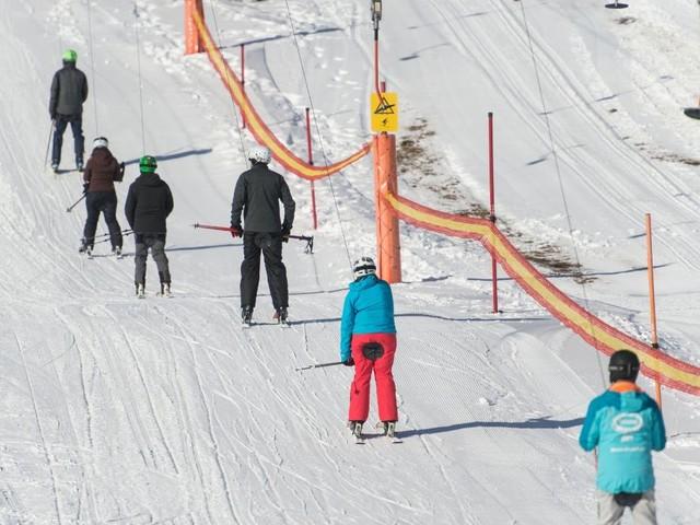 Schwarzwald: Skifahrer genießen Saisonbeginn auf dem Feldberg