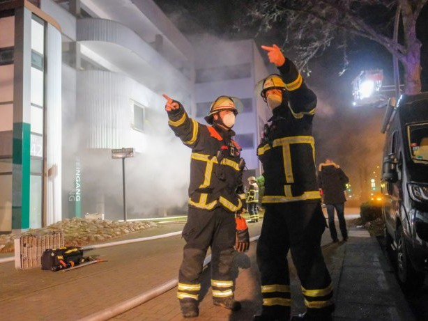 Feuerwehreinsatz: Autohaus in Marienthal in Flammen – Fahrzeuge zerstört