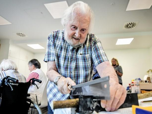 Papst-Leo-Haus: Senioren tun mit Insektenhotels der Umwelt etwas Gutes
