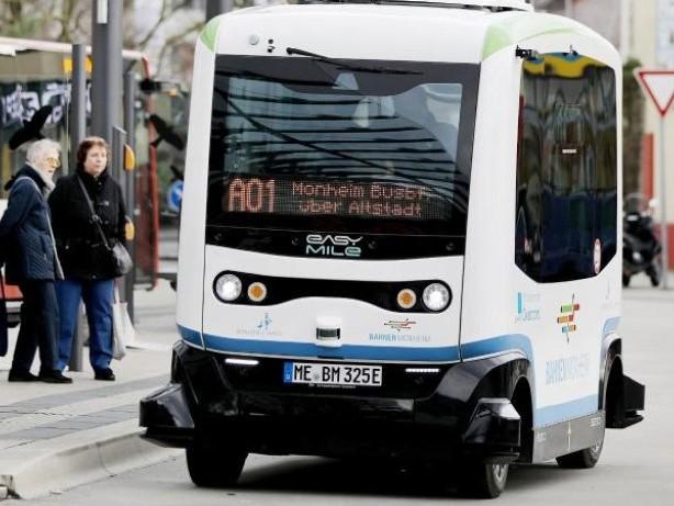 Mobilitätswende: Noch nicht ganz autonom: Holpriger Start für Roboter-Bus
