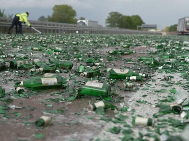 Lastwagen verliert Bierkisten auf A1 - Autofahrer helfen bei der Räumung