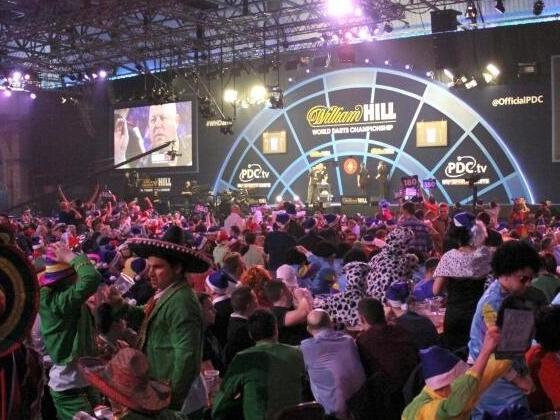 Bier,Kostüme und Volksfeststimmung:Darts-Party beginnt